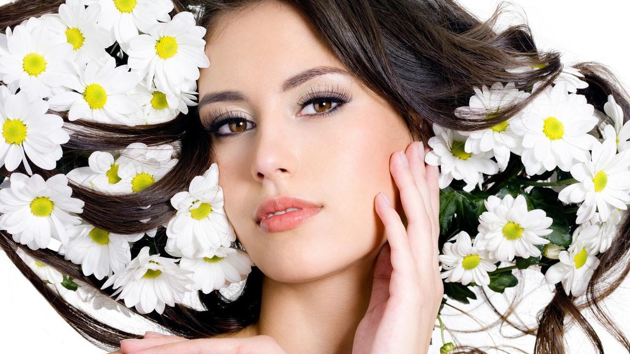 Фото красивых девушек с цветком в волосах