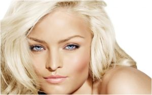 Девушка со светлым цветом волос