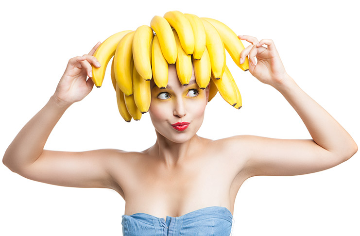 Бананы на голове у девушки