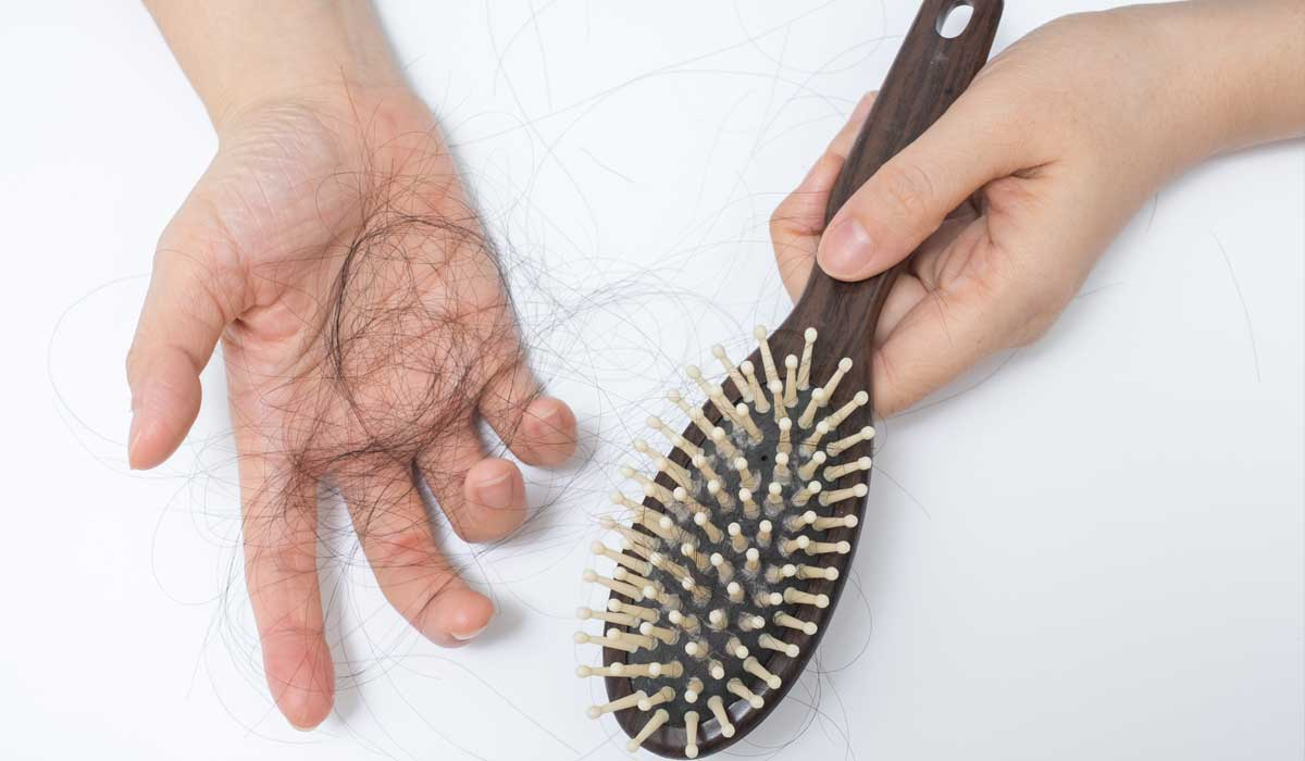Расческа и выпавшие волосы
