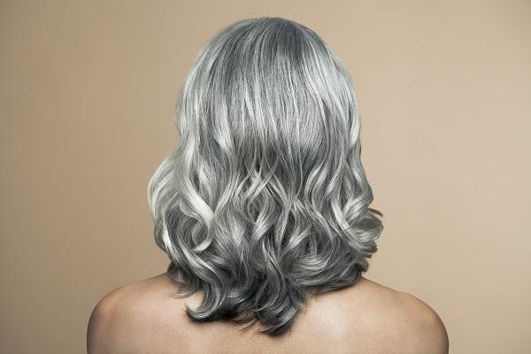 седые волосы у женщины