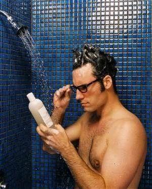 Мужчина выбирает шампунь