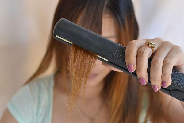 девшука выпрямляет волосы
