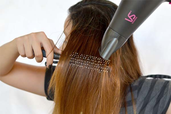 выпрямление волос феном и расчёской