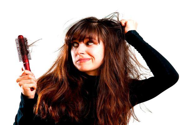 Девушка с непрямыми волосами