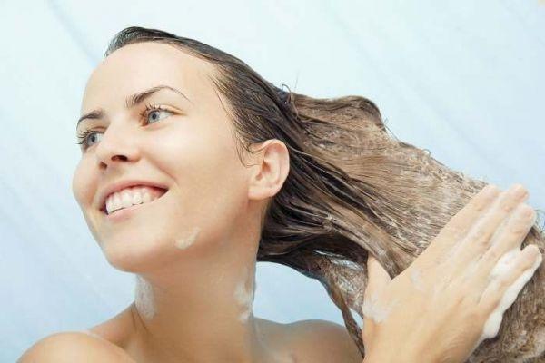 мытье головы с шампунем