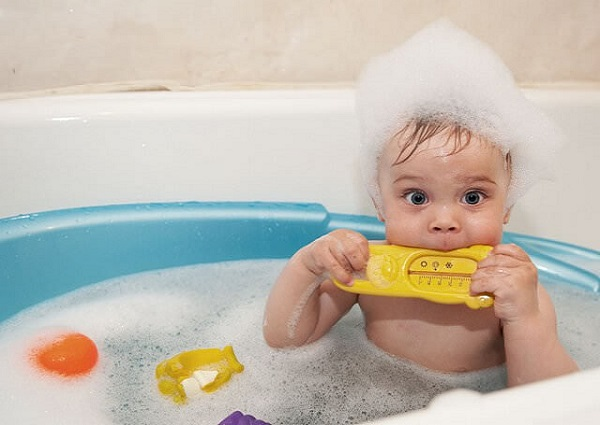 ребенок моет голову шампунем