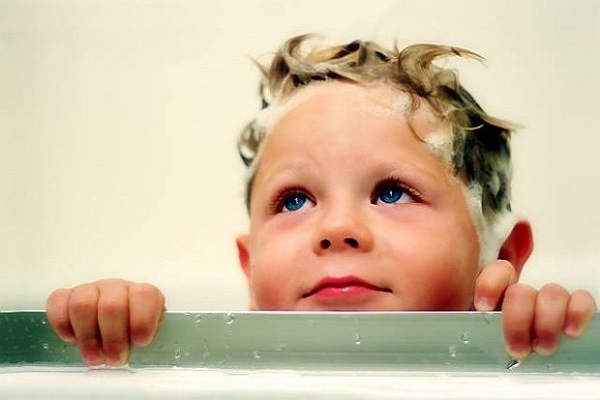ребенок моет голову