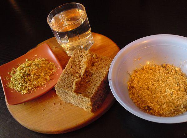 С мякишем ржаного хлеба и травяным отваром