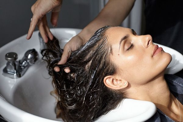 мыть голову перед мелированием