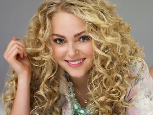 Химическая завивка волос на крупные локоны: как сделать на короткие, средние и длинные волосы, какие бигуди и коклюшки понадобятся, цена, фото, отзывы