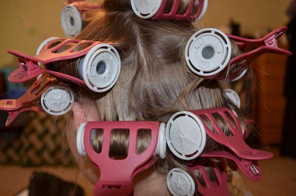 термобигуди на волосах