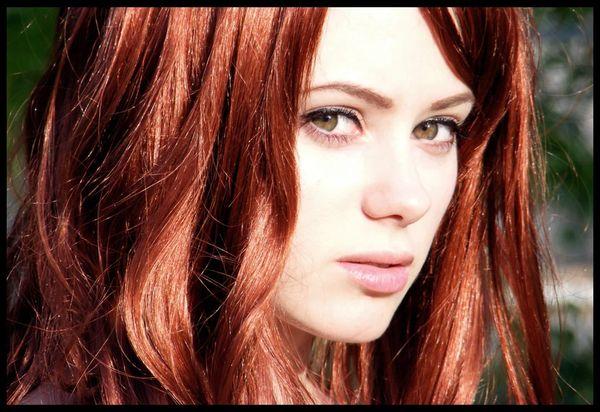 каре-зеленые глаза и медные волосы
