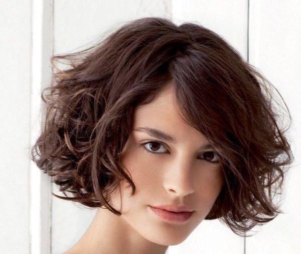 каре на вьющихся волосах с удлинённой челкой