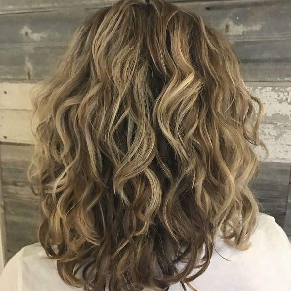 градуированный Каскад на вьющиеся волосы