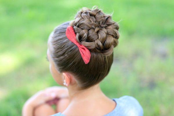 Высокий пучок из косы для девочек в садик