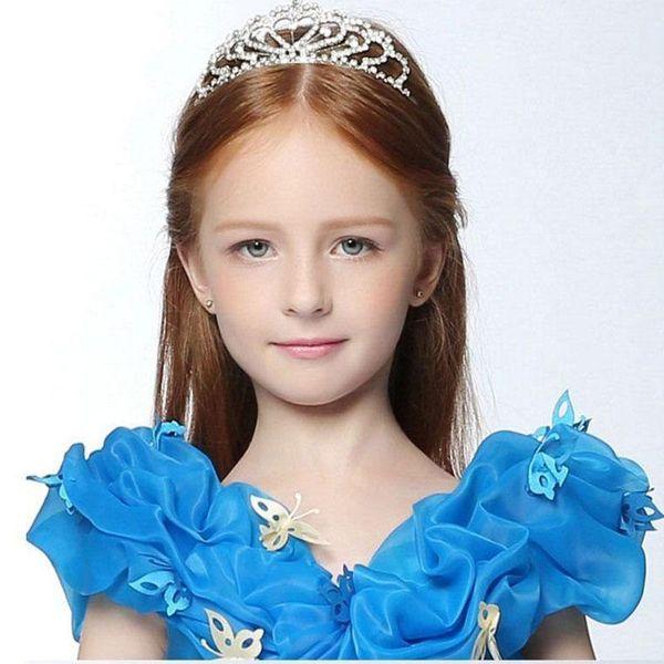 прически для девочек с короной