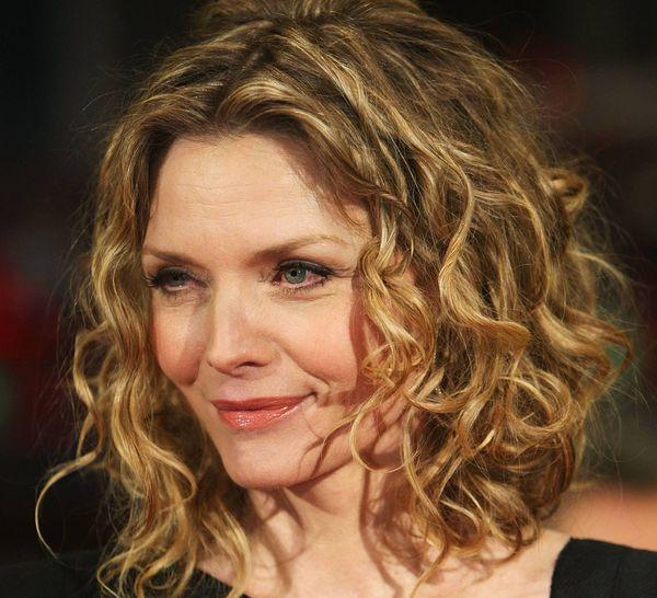 Прически для кудрявых волос для женщин 40 лет